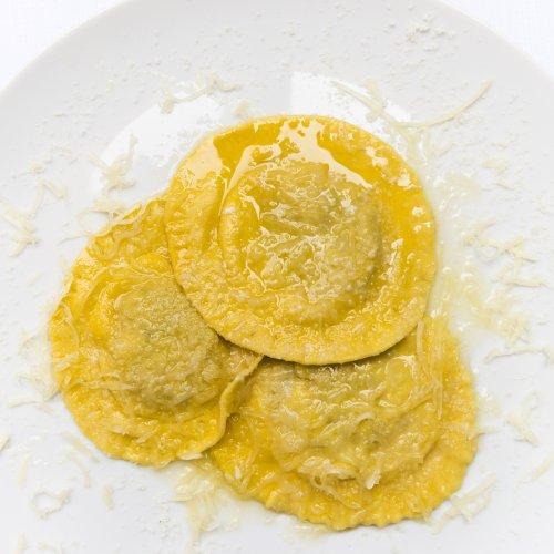 Raviolo di tinca ripiena con burro di malga e formaggella camuna di Ennio Zanoletti dell'Hostaria Uva Rara