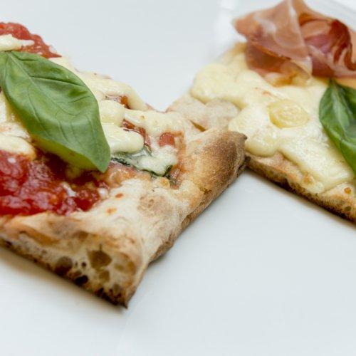 La pizza Margherita e quella ai sapori di Franciacorta di Corrado Scaglione dell'Enosteria Lipen