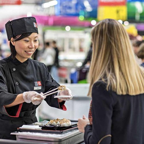Il sushi viene preparato davanti al cliente