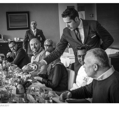 Vinod Sookar a tavola con gli altri commensali