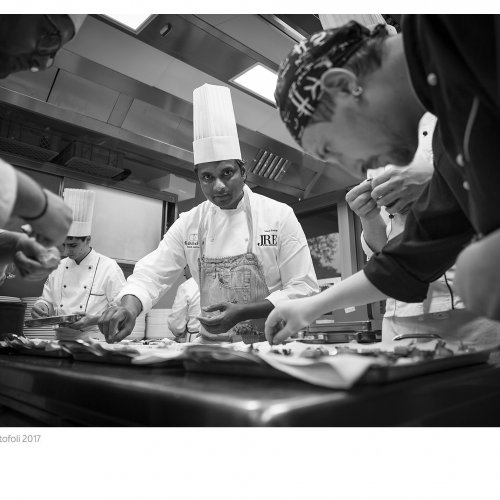 Vinod Sookar nella cucina dell'Aqualux