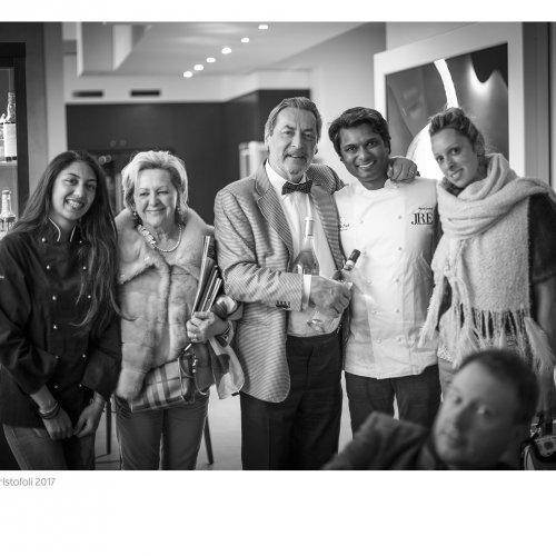Vinod Sookar insieme ad alcuni ospiti della cena