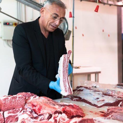 Massimo Minutelli mentre controlla la carne