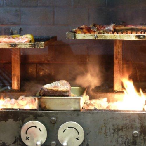 La mitica griglia, alimentata con legno di quercia