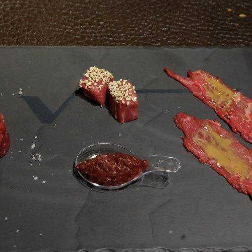 A tutto wagyu: sashimi, battuta al coltello, tartare di cuore e cubo di filetto