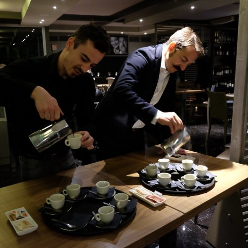 Tony Melillo serve il pregiatissimo caffè indonesiano kopi luwak, preparato con la moka