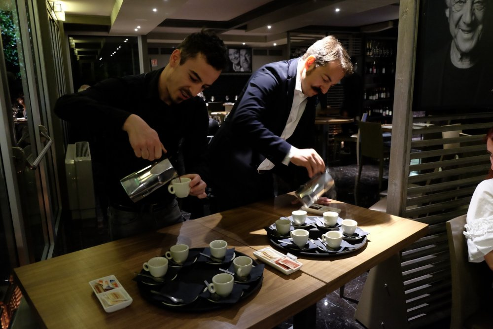 Tony Melillo serve il pregiatissimo caffè indonesiano kopi luwak, preparato con la moka