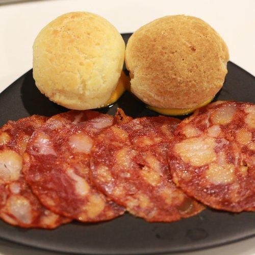 Chorizo alla griglia e pão de queijo
