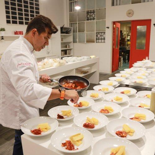 Mister Rodriguez mentre prepara uno dei suoi piatti