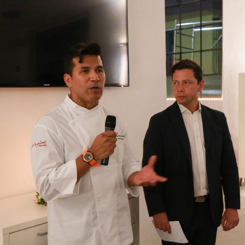 Lo chef Rafael Rodriguez mentre spiega le sue preparazioni