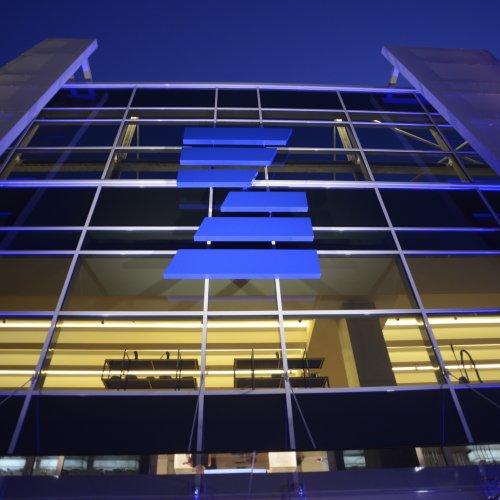 Il logo della Zepter International sulla facciata del nuovo museo milanese